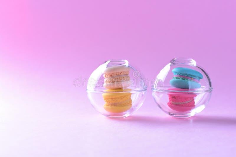 Färgrika macarons eller makron i söt beauti för Glass koppefterrätt royaltyfri bild