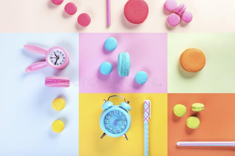 Färgrika macarons eller sött härlig makronefterrätt och klocka arkivbild