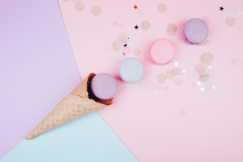 Färgrika macarons i glass arkivbilder