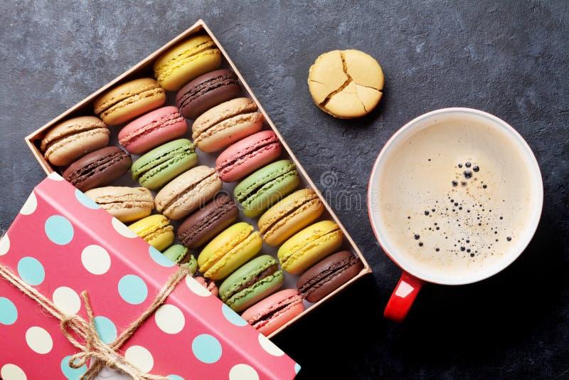 Färgrika macaroons och kaffe arkivbilder