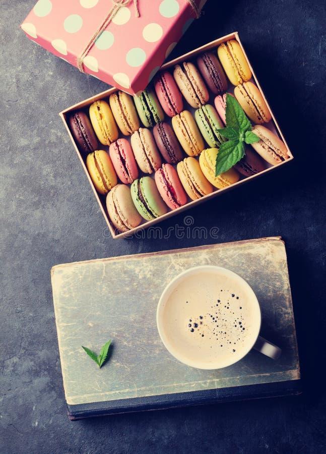 Färgrika macaroons och kaffe arkivfoton