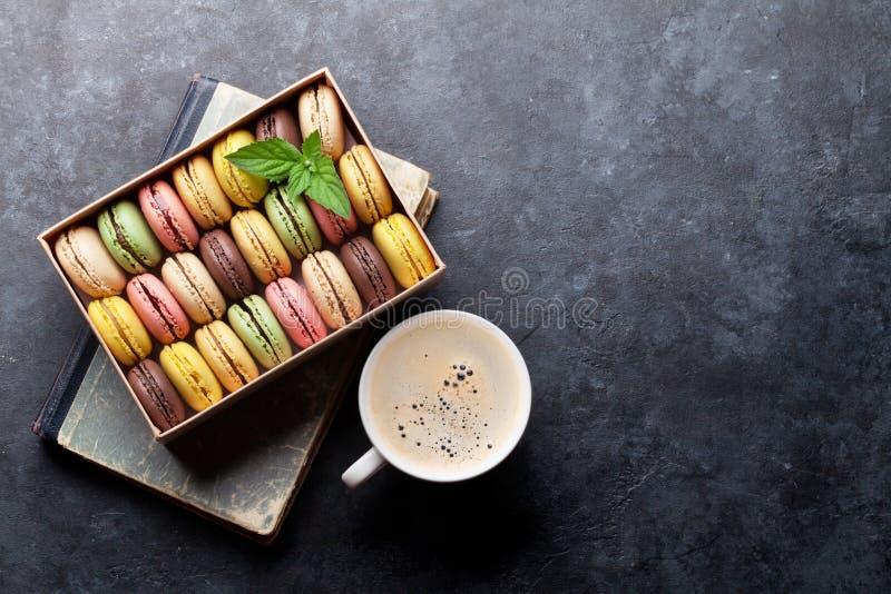 Färgrika macaroons och kaffe royaltyfri bild