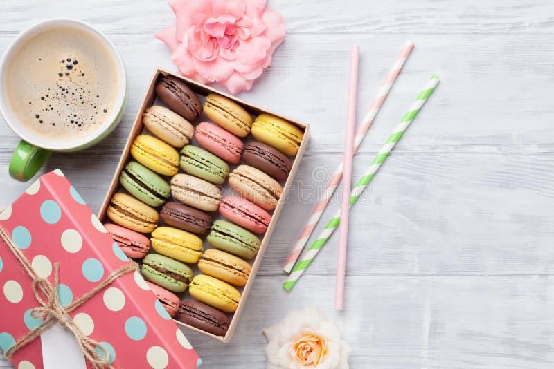Färgrika macaroons och kaffe royaltyfri foto