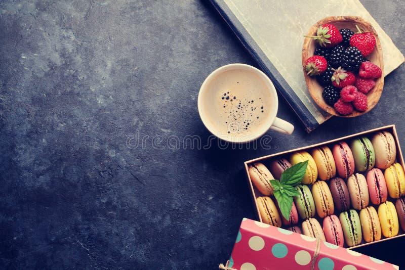 Färgrika makron, bär och kaffe royaltyfria bilder