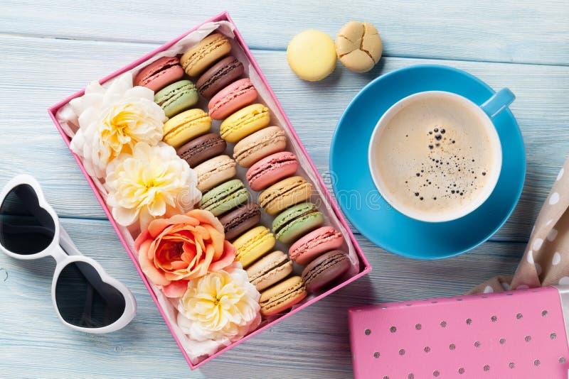 Färgrika makron, kaffe Söta macarons royaltyfria bilder