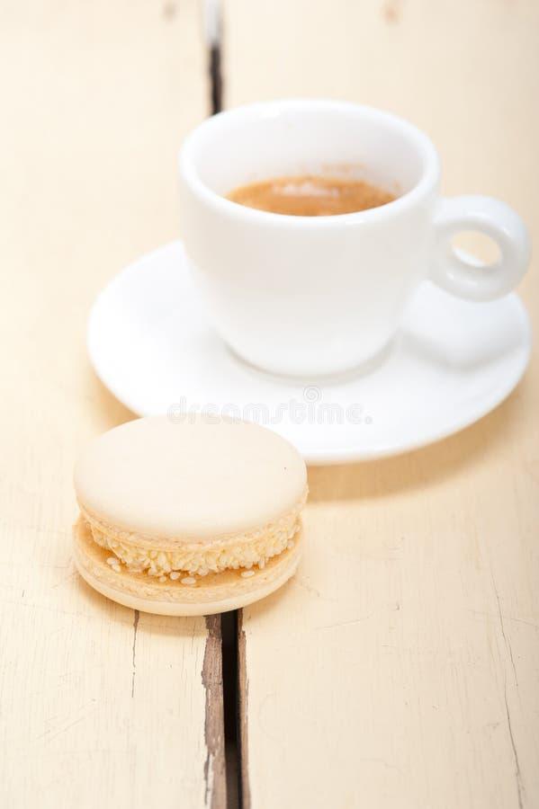 16200345 färgrika makron med espressokaffe royaltyfri foto