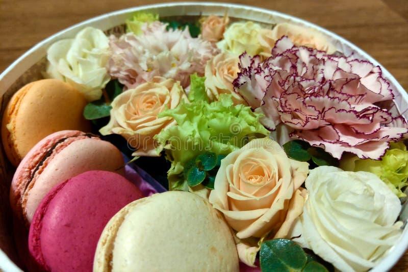 Färgrika makron och blommor Söta macarons i gåvaask Top beskådar Begrepp för dag för valentin` s arkivbilder