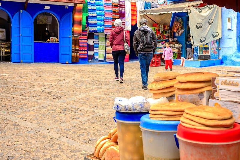 Färgrika marockanska tyger och handgjorda souvenir på gatan i den blåa staden Chefchaouen, Marocko, Afrika arkivfoto