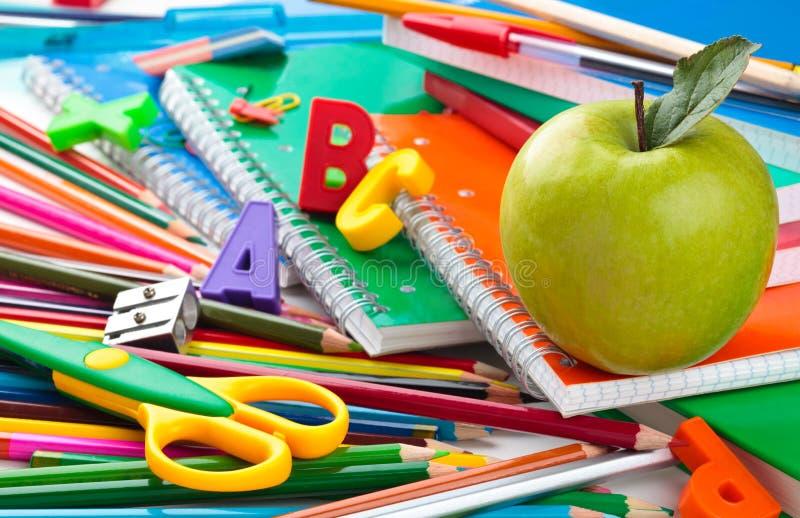 färgrika material skolatillförsel för bakgrund royaltyfria foton