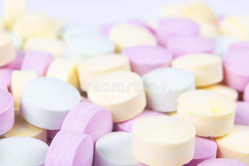 Färgrika medicinpiller och droger i slut upp Olika sorter av mångfärgade minnestavlor Blandade piller i medicin farmaceutiskt arkivbild