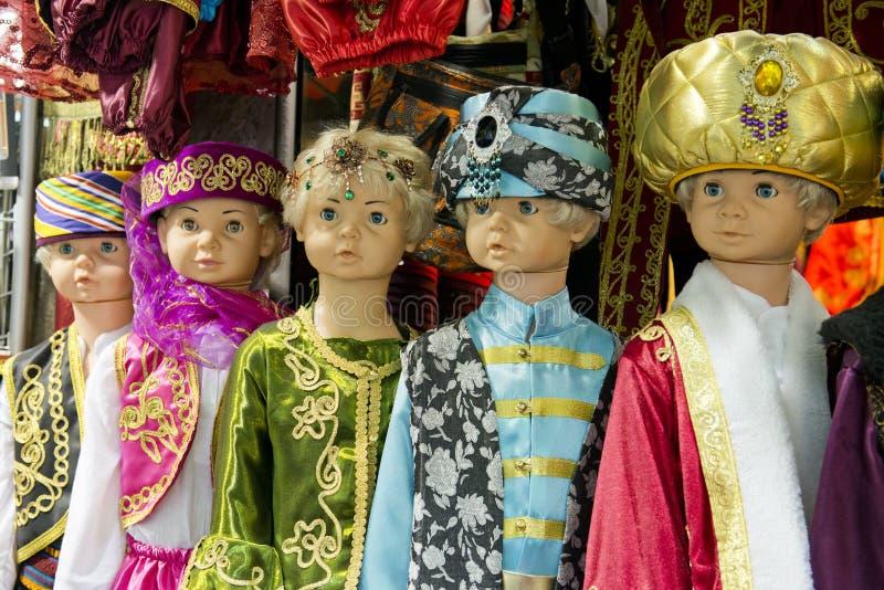 Färgrika Mellanösten sultan- eller schejkdräkter royaltyfri foto