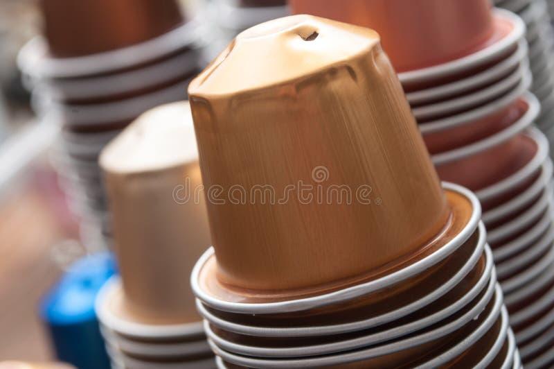 Färgrika metalliska kapslar av espressokaffe för rec royaltyfria foton