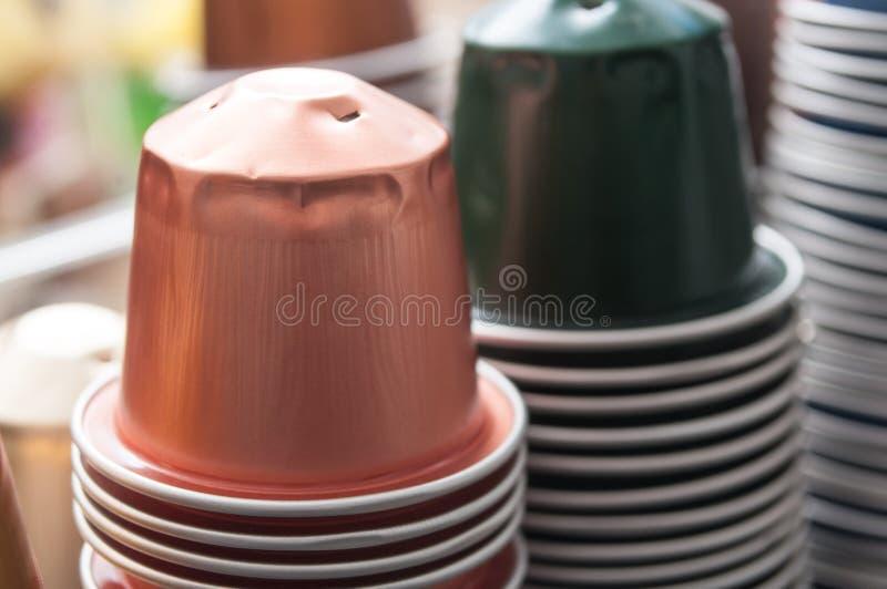 Färgrika metalliska kapslar av espressokaffe för rec royaltyfri fotografi