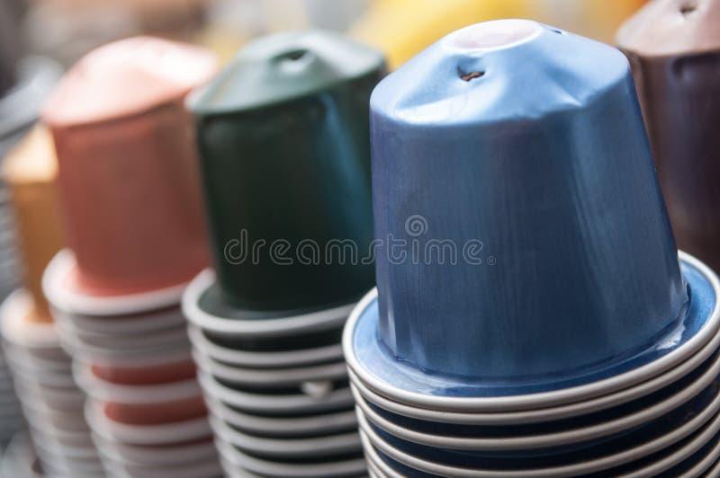 Färgrika metalliska kapslar av espressokaffe för rec arkivbilder
