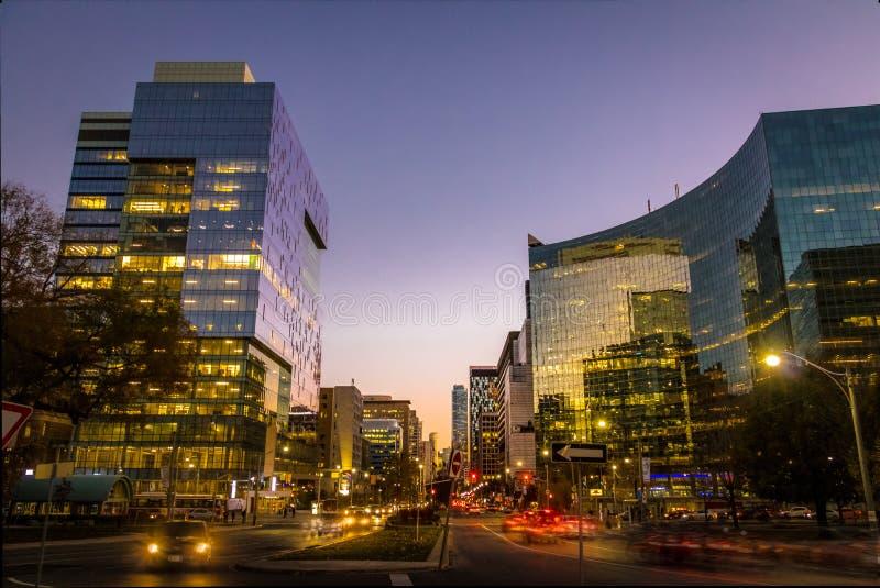 Färgrika moderna byggnader av i stadens centrum Toronto och CN står högt på natten - Toronto, Ontario, Kanada arkivbilder