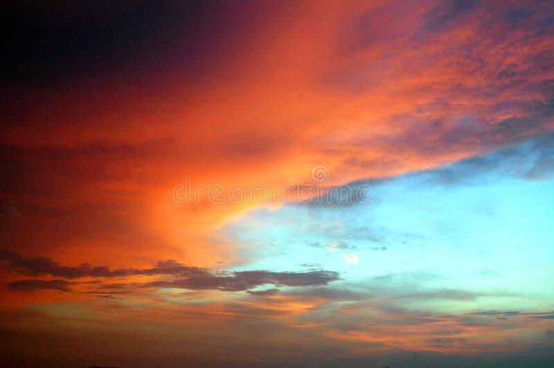 Färgrika moln arkivbilder