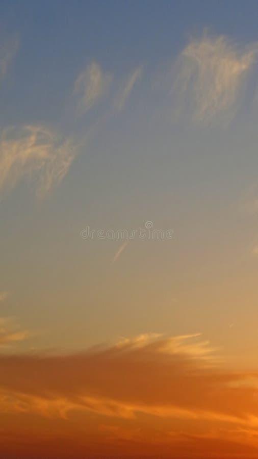 Färgrika moln på solnedgången arkivbild