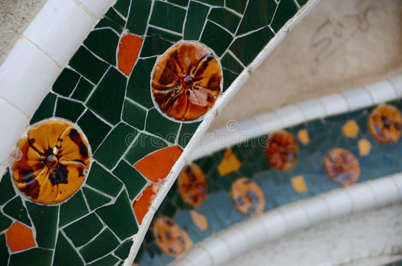 Färgrika mosaiker av brutna keramiska skyttlar Antonio Gaudi Parkera Guell royaltyfria foton