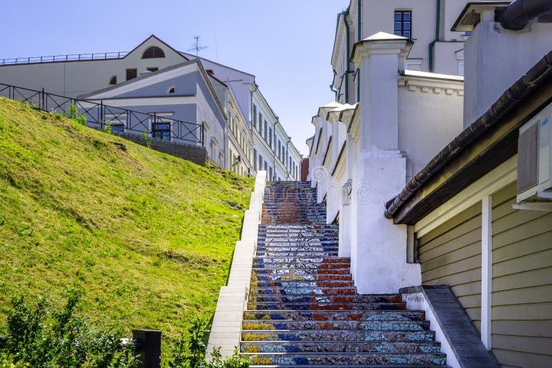 Färgrika mosaiker som leder upp trappan i Minsk fotografering för bildbyråer