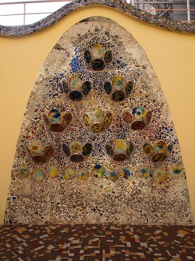 Färgrika mosaiktegelplattor på casaen Batllo, Barcelona Spanien royaltyfria foton