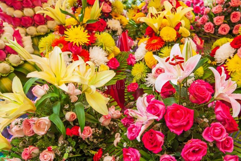 Färgrika nya blomstra blommor, den härliga liljan, rosor och andra blommor på blomsterhandlaren shoppar hyllor på vandringsledet, royaltyfri fotografi