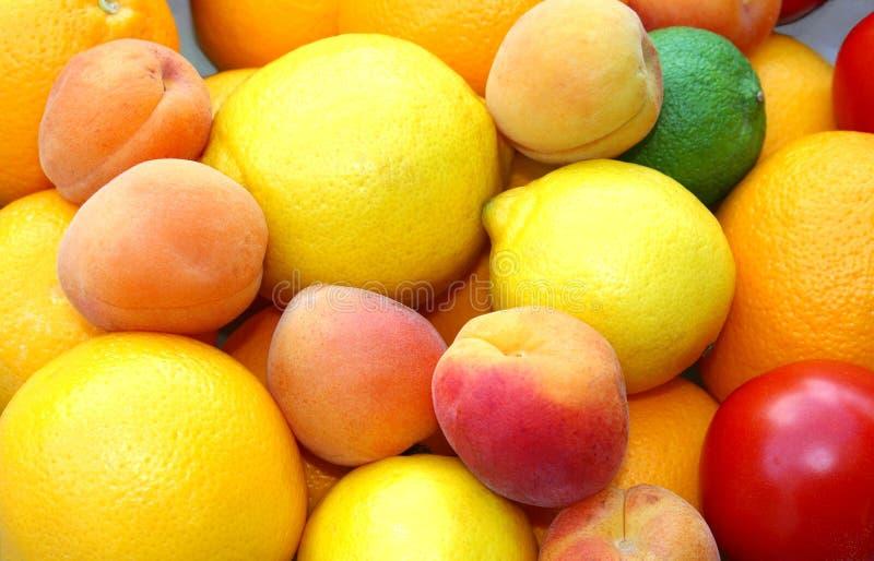 Färgrika nya frukter i sommartid royaltyfria foton