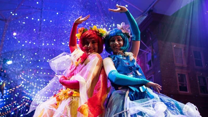 Färgrika och älskvärda karnevalaktörer arkivfoto