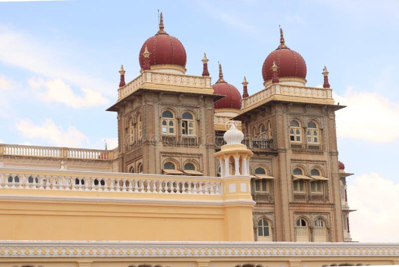 Färgrika och härliga kupoler av den mysore slotten royaltyfria bilder