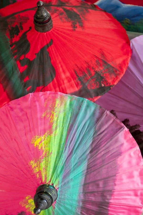 Färgrika orientaliska paraplyer fotografering för bildbyråer