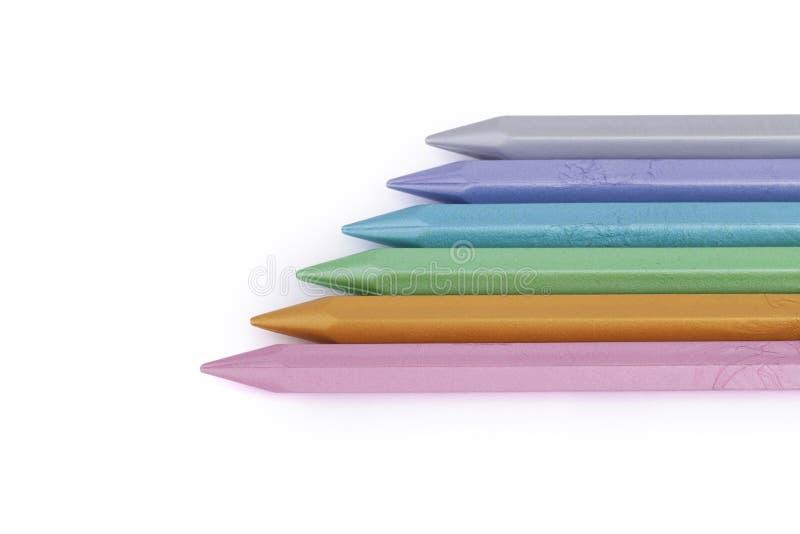 Färgrika pärlemorfärg vaxfärgpennor som isoleras på vit bakgrund fotografering för bildbyråer