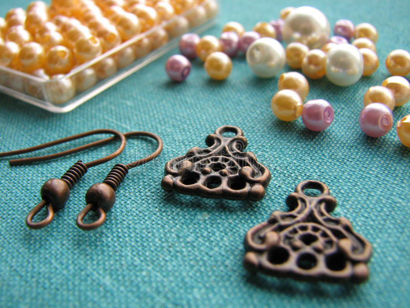 Färgrika pärlor och andra stycken för framställning av örhängen, handgjorda smycken, toppet makrofunktionsläge fotografering för bildbyråer