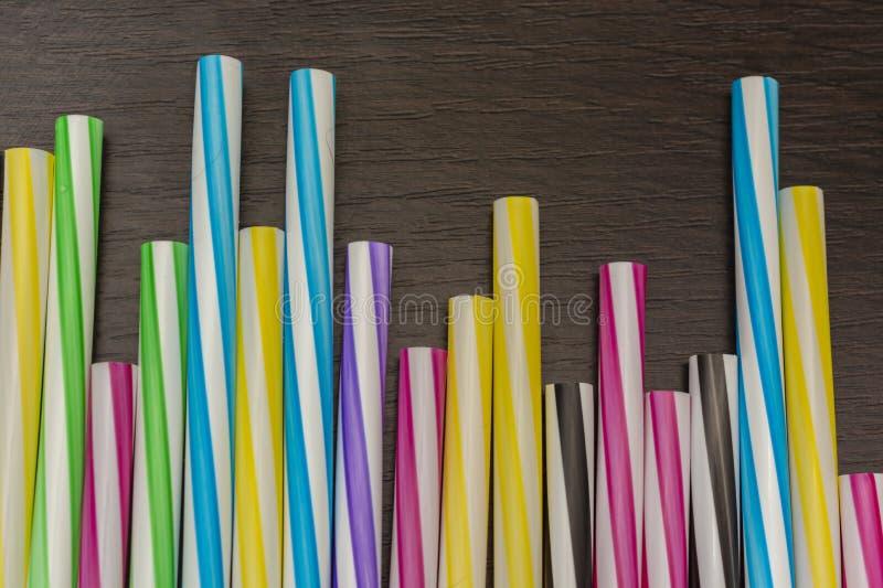 Färgrika pappers- sugrör på en träbakgrund Tillbehör för händelser och partier royaltyfria bilder