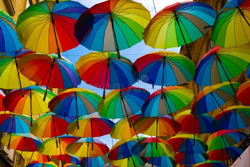 Färgrika paraplyer i Bucharest, Rumänien royaltyfri foto