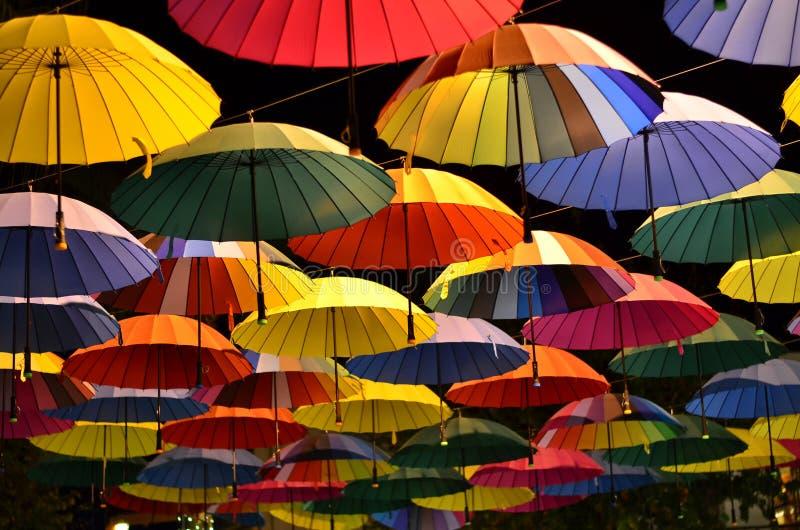 Färgrika paraplyer i himlen royaltyfri foto