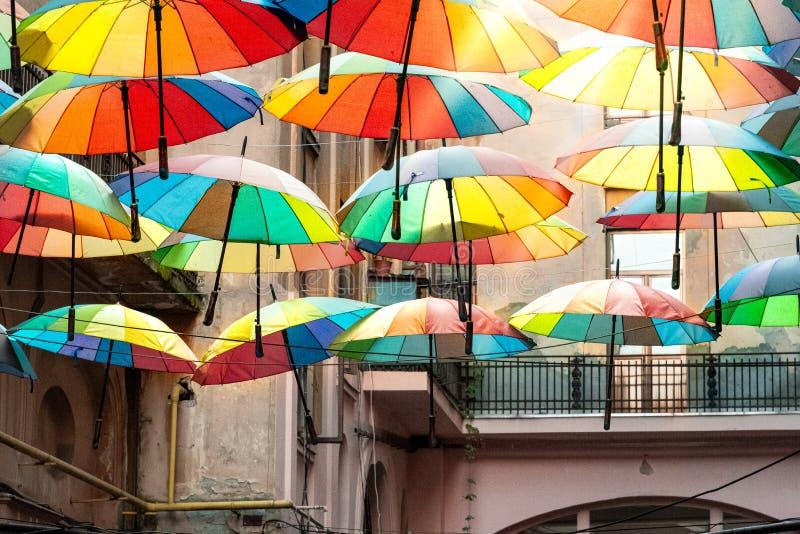 Färgrika paraplyer i himlen av Bucharest royaltyfria foton
