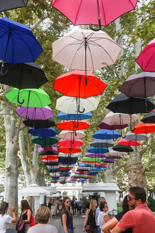 Färgrika paraplyer som svävar i luft royaltyfria foton