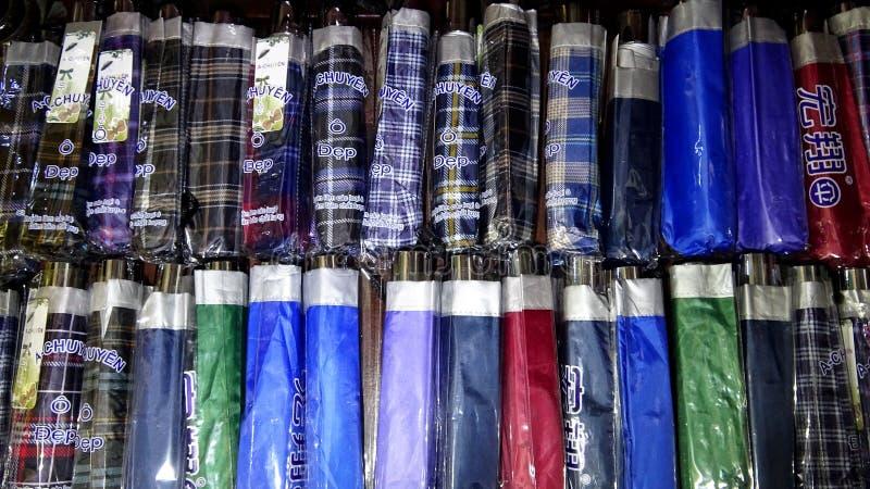 Färgrika paraplyer ställde upp i rader royaltyfri bild
