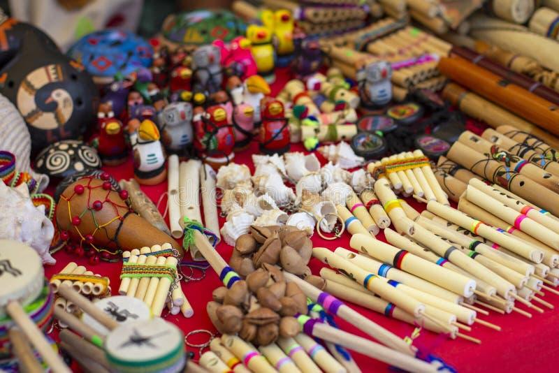 Färgrika peruanska artisanal hantverk och Andean musikinstrument royaltyfri foto