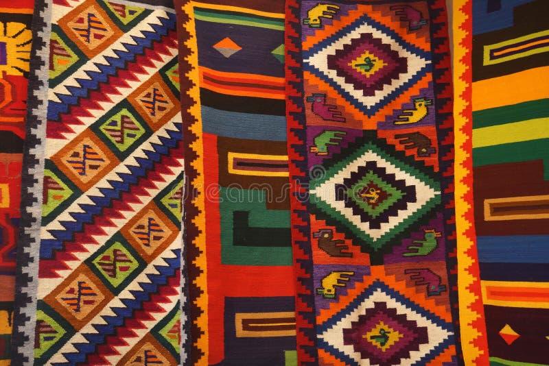 Färgrika peruanska textiler royaltyfria bilder