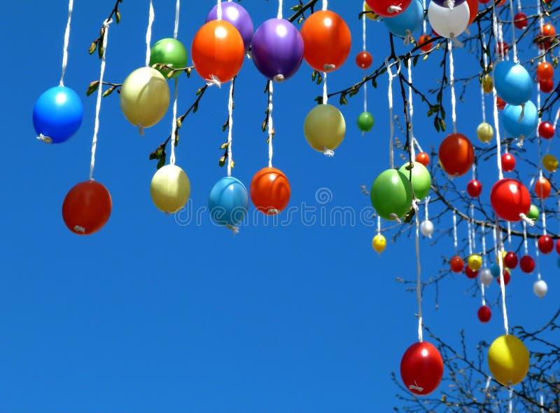 Färgrika plast- ägg som dekorerar ett träd i våren för påsk arkivbilder