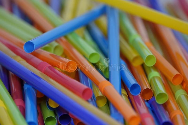 Färgrika plast- dricka sugrör löst spridda royaltyfri fotografi