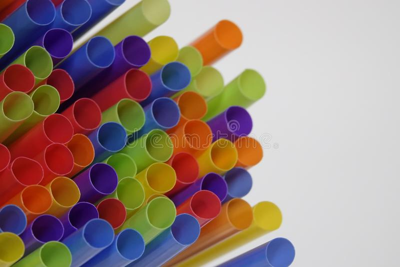 Färgrika plast- dricka sugrör med Copyspace fotografering för bildbyråer