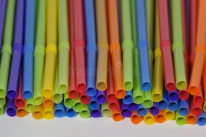 Färgrika plast- dricka sugrör som staplas upp royaltyfria foton