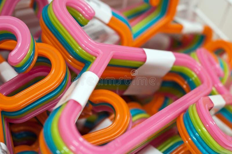färgrika plast- hängare i garneringlager arkivfoto