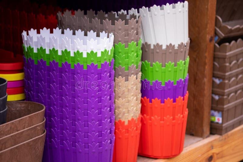Färgrika plast- korgar för växten eller blommor, kulöra plast- behållare, plast- krukor för regnbåge royaltyfria foton