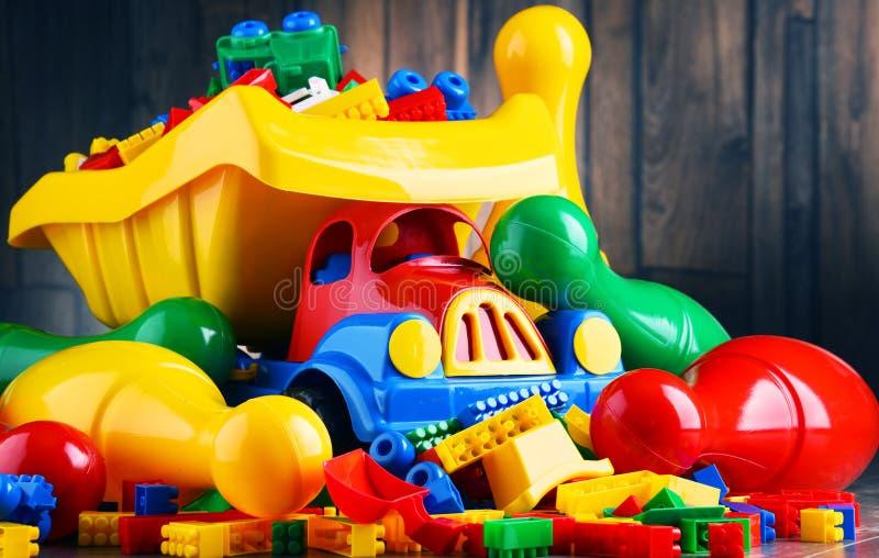 Färgrika plast- leksaker i barns rum arkivfoto
