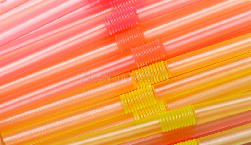 Färgrika plast- sugrör som används för att dricka läsk, fruktsafter som är nya, smoothies royaltyfri foto