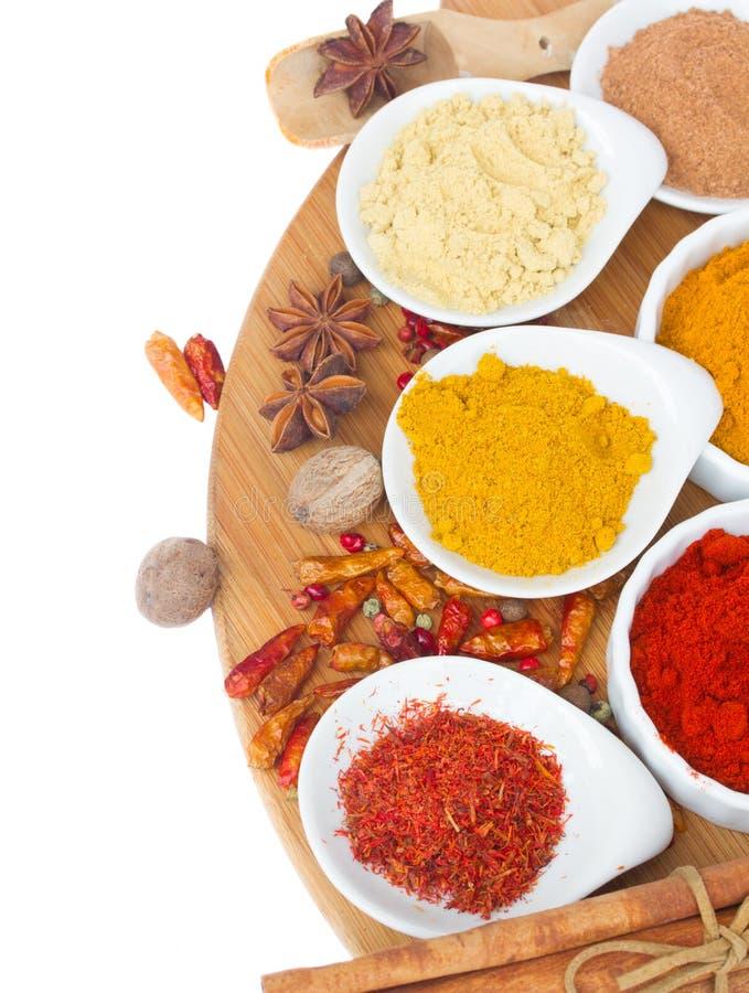 Färgrika plattor av kryddor arkivbild