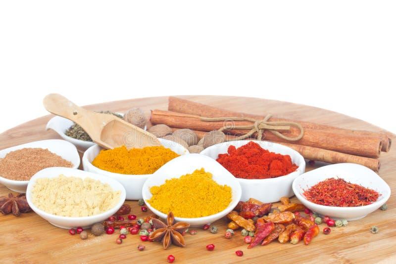 Färgrika plattor av kryddor med kopieringsutrymme royaltyfri fotografi