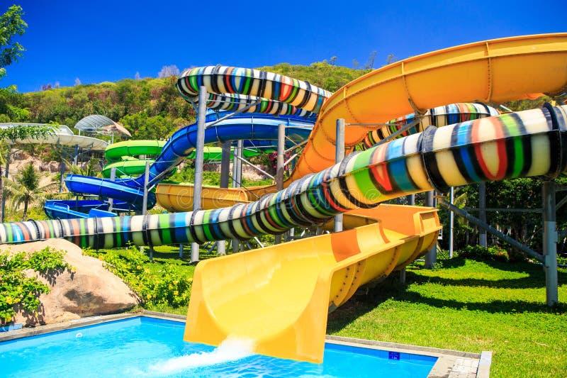 Färgrika rör för vattenglidbanor i tropiska Aqua Park arkivbild